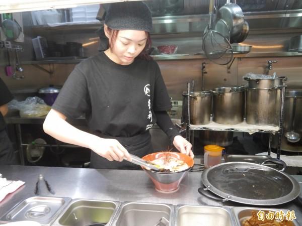 炎神拉麵是北海道知名拉麵。(記者張軒哲攝)