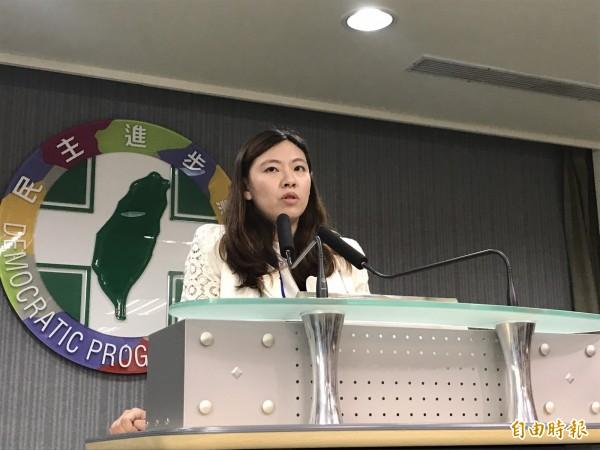 民進黨發言人何孟樺轉述中執會內容。(記者蘇芳禾攝)