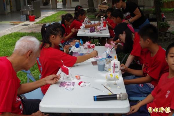 新加坡志工與小朋友體驗木作,交流文化。(記者林國賢攝)