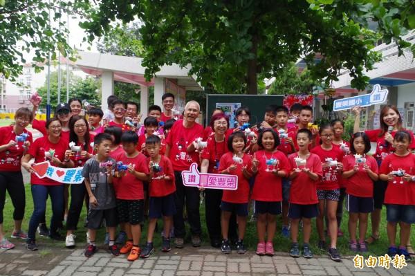 新加坡志工們陪伴豐榮小朋友成長。(記者林國賢攝)