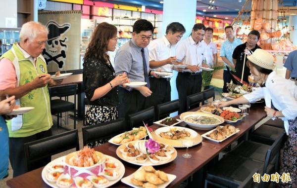 來賓享用「仲夏幸福光藝饗宴」料理。(記者林宜樟攝)