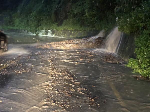 烏來山區下大雨,新烏路五段12.5K處土石遭沖刷堆積路面,占據一線道。(記者陳薏云翻攝)