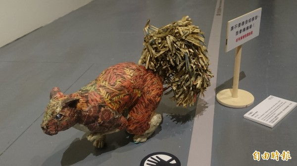 用報紙捏創作的松鼠雕塑,神情栩栩如生。(記者楊金城攝)