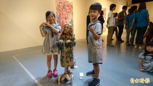 小朋友和紙製雕塑品快樂合照。(記者楊金城攝)