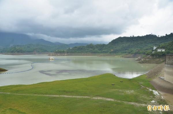 鋒面發威,終結曾文水庫323天無大雨的窘境,截至今天晚間,蓄水率已回升至20.47%。(記者吳俊鋒攝)