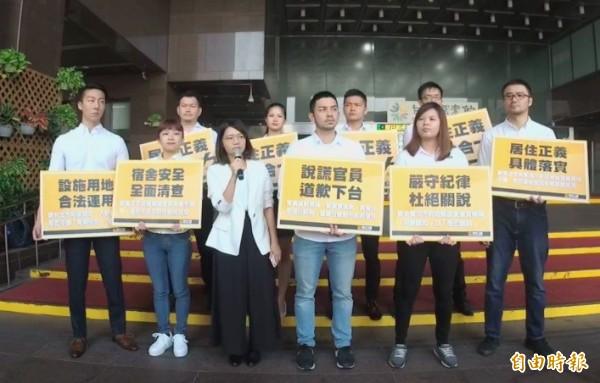時代力量雙北黨部與10位議員參選人今赴北市政府抗議,要求雙北市政府正視學生居住權益。(記者蕭婷方攝)