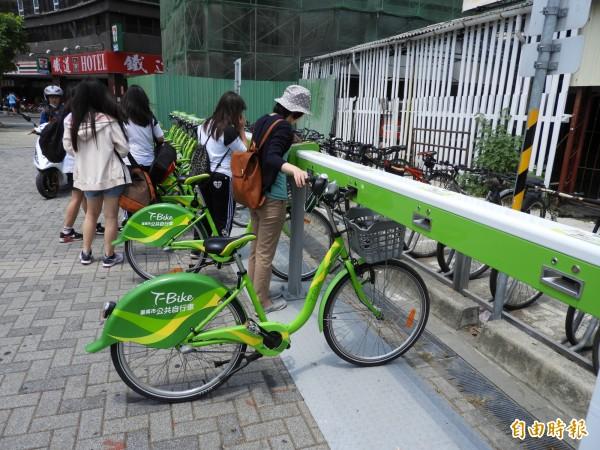 台南T-Bike第3人責任險今日起生效,遊客騎乘多一分保障。(記者洪瑞琴攝)