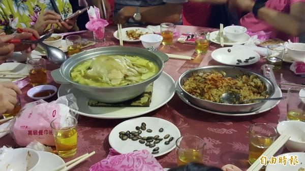 綠竹筍饗宴中的櫻花蝦鯛肚筍米糕、鮮筍百菇燉土雞。(記者楊心慧攝)