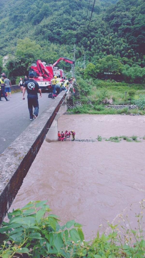 新北市大豹溪今天下午溪水暴漲,傳7人受困金龍橋下,消防到場緊急救援,18分鐘內救起全部受困民眾。(記者吳仁捷翻攝)