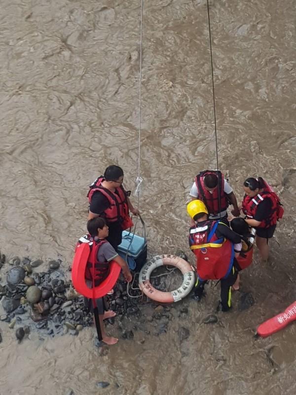 消防人員到場緊急救援,18分鐘內救起全部受困民眾。(記者吳仁捷翻攝)