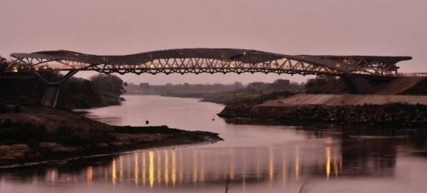 北港綠廊道遊憩整建計畫,將串連北港女兒橋、天空之橋、文化鐵橋。(雲林縣政府提供)