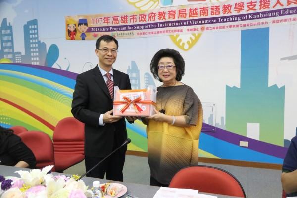 教育局長范巽綠(右)上任3年半,不含這次已出國17次、累計多達103天,圖為日前接受駐台北越南經濟文化辦事處人員致贈越南語教育套書。(教育局提供)