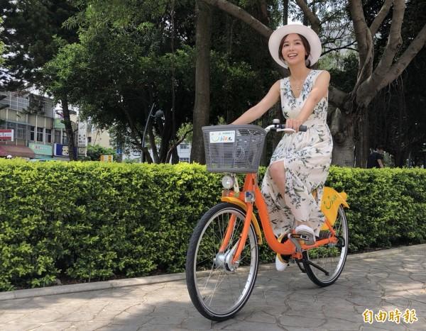 「客家妹」陳明珠,也踏上單車小騎一圈,開心地說:「很高興家鄉苗栗也有YouBike!」(記者彭健禮攝)