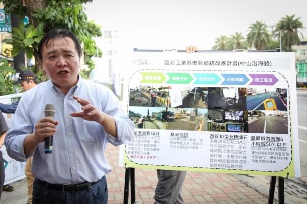 高市代理市長許立明回應藍營對代位求償的質疑。(記者王榮祥翻攝臉書)