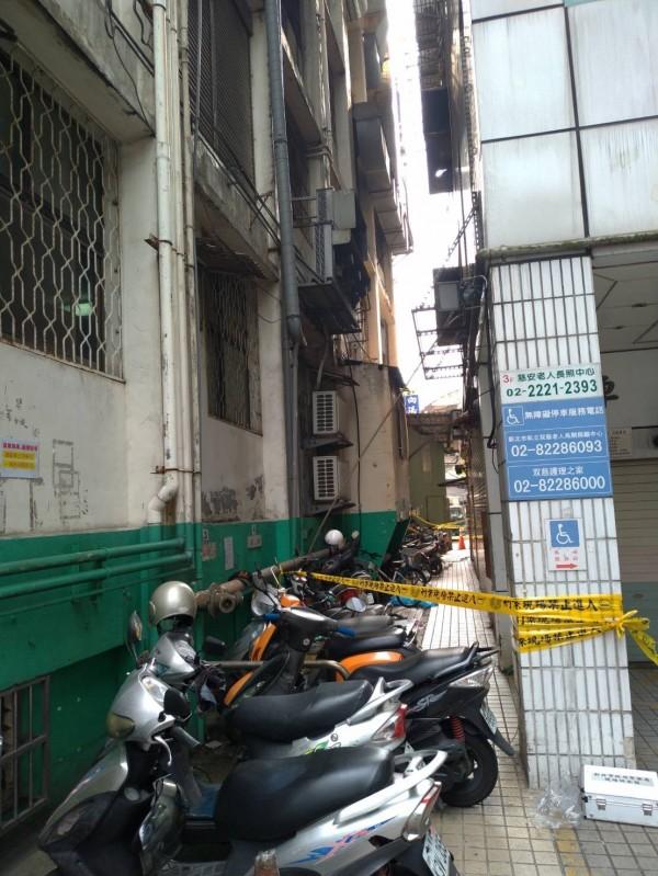 86歲陳姓老翁住在新北市中和某長照中心,今天從4樓洗手間一躍而下,摔死在防火巷,警方旁圍起封鎖線。(記者徐聖倫翻攝)