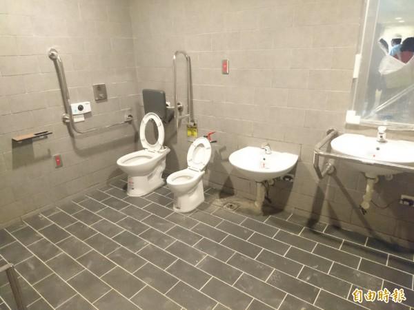 香山親子館規劃有兩間無障礙親子廁所。(記者洪美秀攝)