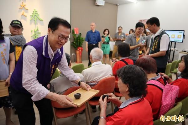 市議員張立傑為老人奉茶。(記者歐素美攝)