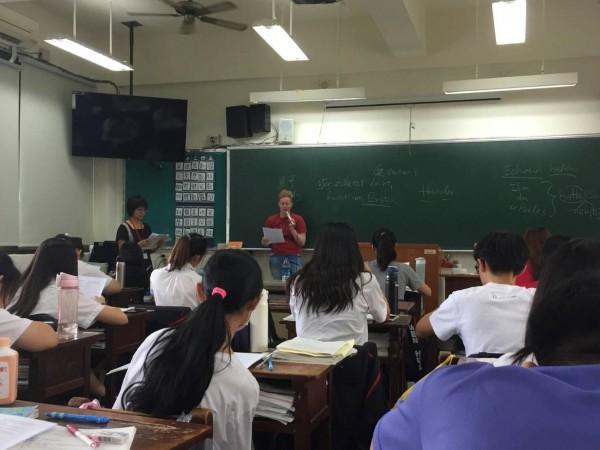 引進大學外籍生「大手牽小手」,文華高中學生坐教室內也培養國際力。(圖:文華高中提供)