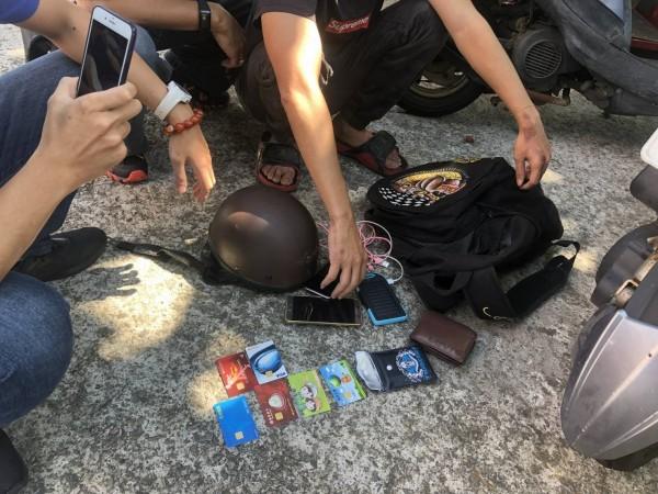 警方逮捕涉詐嫌犯,並在身上搜出多張金融卡及作案手機。(記者鄭名翔翻攝)