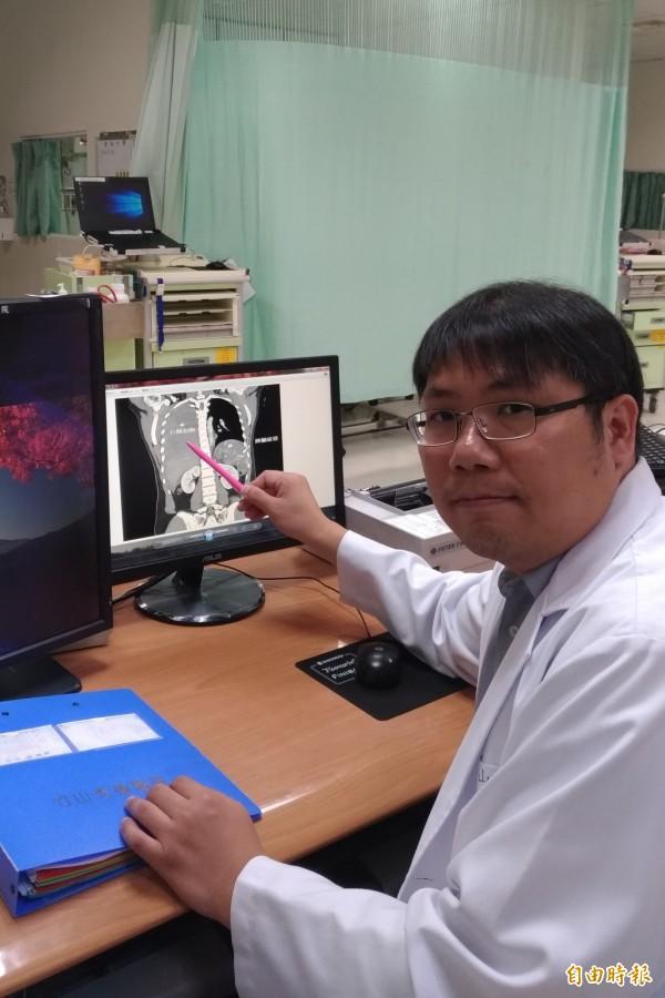 竹山秀傳醫院胸腔科主治醫師沈德群指著失血傷重男子的斷層掃描影像,說明搶救時的緊急情況。(記者劉濱銓攝)