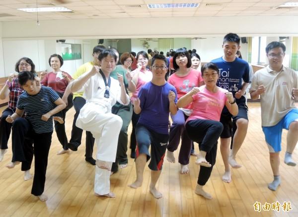 南市身心障礙者體適能中心推廣跆拳品勢運動,讓更多身障朋友走出家門體驗這項運動的魅力。(記者蔡文居攝)