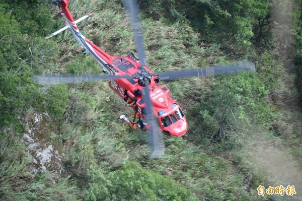 空勤直升機進行遺體吊掛作業。(記者王峻祺攝)