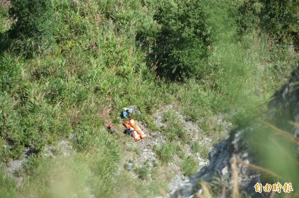 陳氏夫妻遺體在山谷等候空勤直升機吊掛。(記者王峻祺攝)