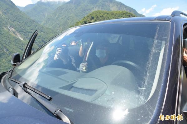 墜落現場遺留諸多疑點,檢警不排除任何可能性,夫婦倆停在路邊的車子,行車紀錄器遺失,鑑識科人員也特別針對前座進行指紋採證。 (記者王峻祺攝)