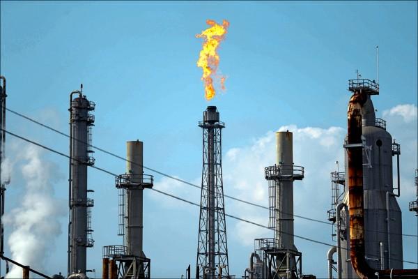 國際油價歷經三年低迷後,站上新高點。(美聯社檔案照)