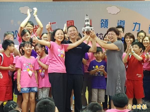 基隆市尚仁國小獲得領導力燈塔學校,校長張簡秀金(前排左,穿粉紅T者)與學生開心領取燈塔獎座。(記者俞肇福攝)