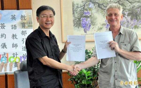 國立南投高中校長巫春貴(左),邀請美國籍老師丹尼(譯名),下一個學年度到校擔任英文老師。(記者謝介裕攝)