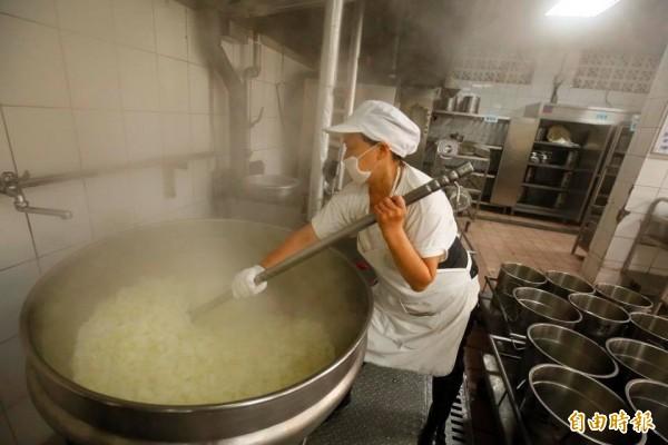 基隆市中和國小自立廚房隨著老舊校舍拆除熄燈,廚工阿姨每天烹調營養午餐的動人畫面將成為歷史。(記者俞肇福攝)