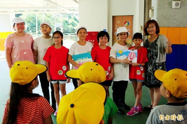 基隆市中和國小校長劉汶琪(右一)公開表揚4位辛苦的廚工,感謝她們多年來對學校的付出。(記者俞肇福攝)