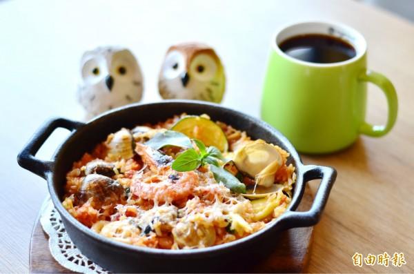 美味的海鮮烤飯,是豆豆咖啡的招牌菜。(記者吳俊鋒攝)