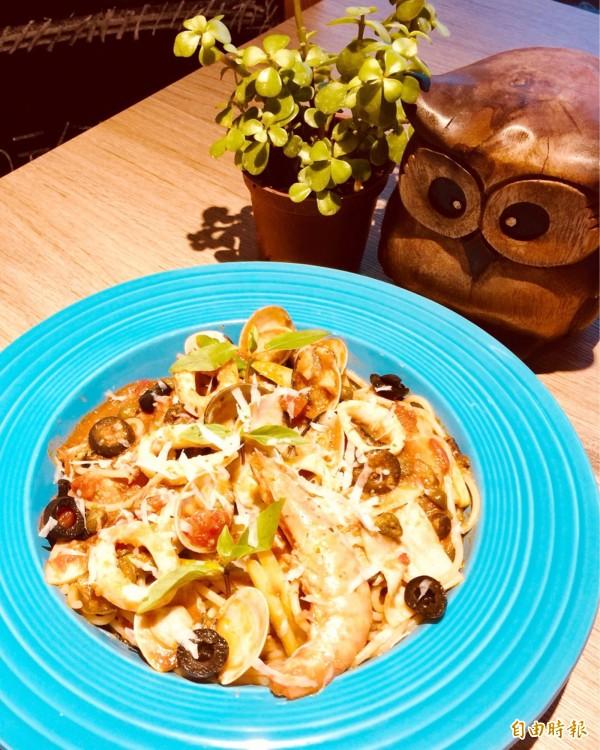 主廚推薦的綜合海鮮煙花女義大利麵,口感層次豐富。(記者吳俊鋒攝)