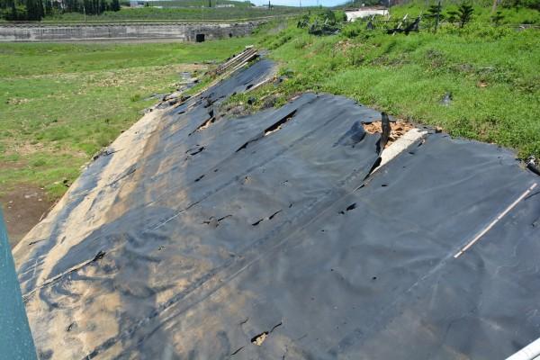 七美水庫只要不透水布破損,就會漏水,無法發揮蓄水功能。(澎湖縣政府提供)
