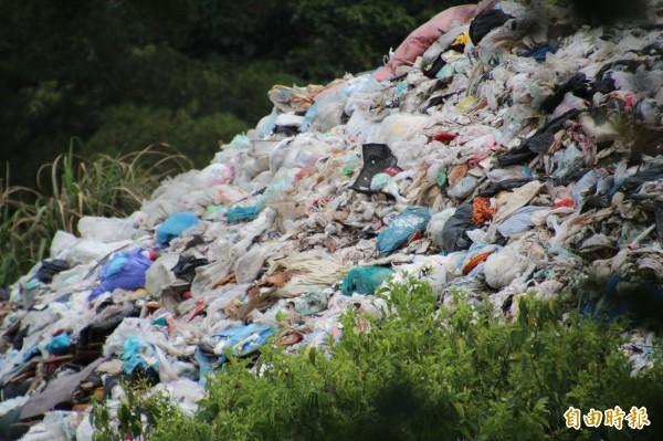 新竹縣新埔鎮民要求桃園市儘速移除店子湖垃圾場露天堆置的垃圾山。(記者黃美珠攝)