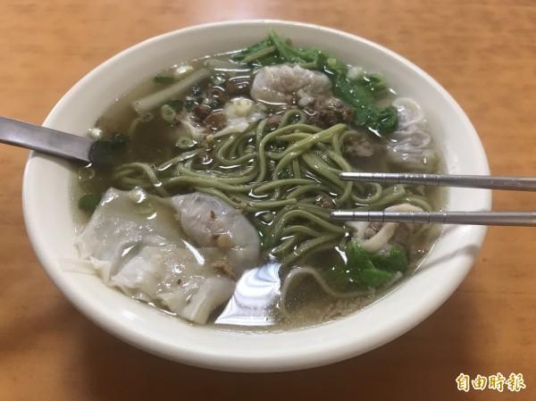 餛飩菠菜麵清甜的湯頭,搭上Q彈的麵條,受到不少消費者喜愛。(記者萬于甄攝)