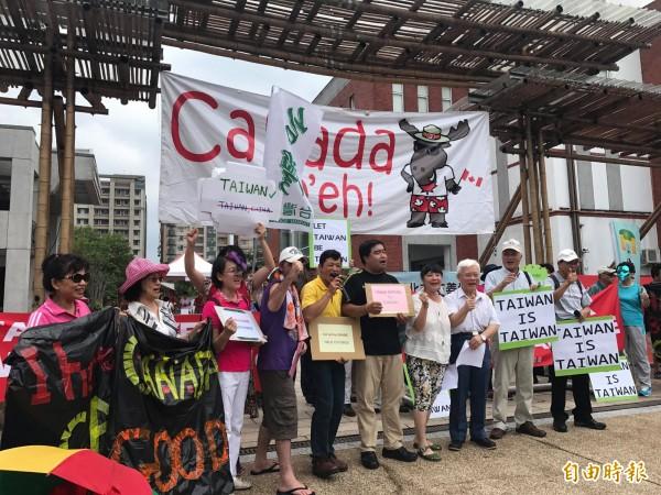 本土社團今下午在加國國慶日前舉行記者會,活動吸引紐國民眾現身支持(中著紫衣者)(記者彭琬馨攝)