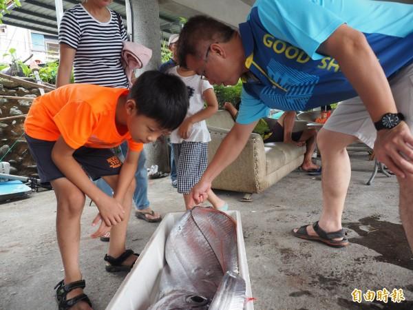 到大武遊玩的民眾初見地震魚,感到好奇。(記者王秀亭攝)