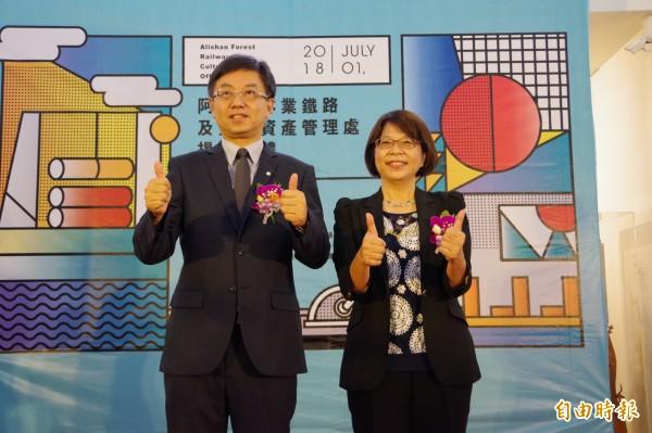 林務局長林華慶(左)布達首任林鐵及文資處長黃妙修(右)。(記者曾迺強攝)