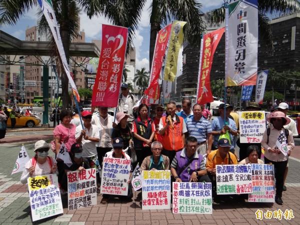 多個反蔡政府團體到台南火車站前拉布條、標語抗議蔡政府、要求蔡英文下台。(記者王俊忠攝)