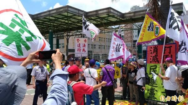 南市警方對反蔡政府團體抗議行動舉牌警告行為違法。(記者王俊忠翻攝)