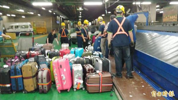 桃園機場二期航廈出境行李自動分揀系統北側輸送系統頻頻故障,造成旅客出境行李「卡關」,旅客和航空公司抱怨連連,最後改為人力分揀。(記者姚介修攝)
