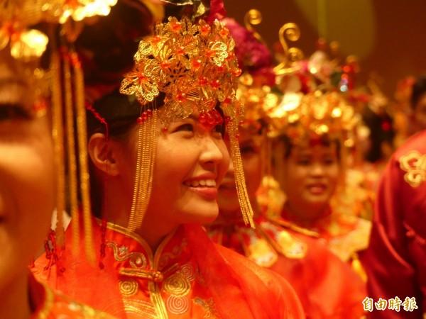 金門舉辦「金囍假期」集團婚禮,新娘對另一半開心展現喜悅的笑容。(記者吳正庭攝)