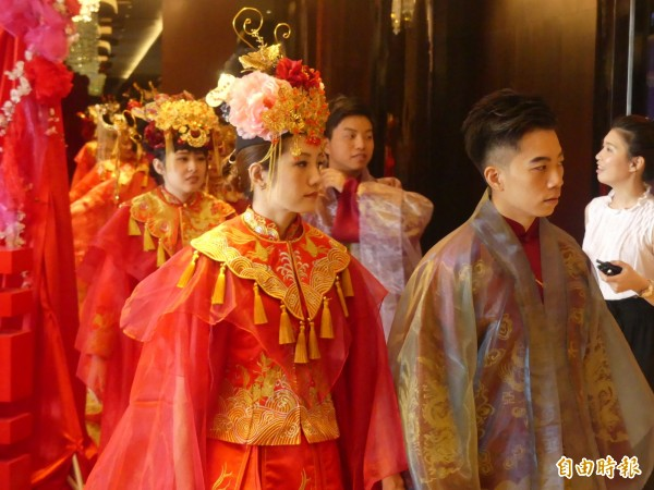 金門舉辦「金囍假期」集團婚禮,新人穿著設計師吳亮儀量身打造的服飾,既時尚又復古。(記者吳正庭攝)
