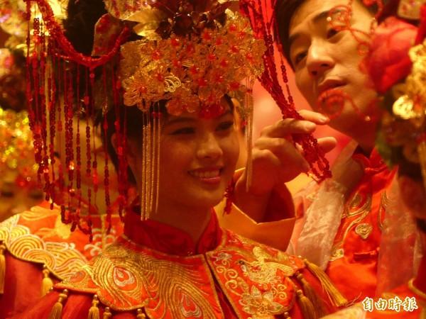 婚禮開始前,新郎體貼為新娘打理頭飾。(記者吳正庭攝)