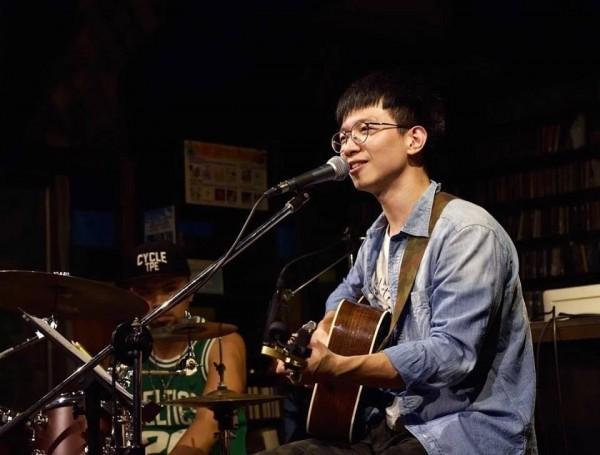 基隆市文化局規劃「基隆仲夏樂集」系列表演活動,7月14日晚上起在海洋廣場登場;圖為謝宗霖吉他彈唱。(圖由基隆市文化局提供)