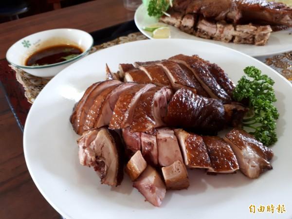新竹市林記滷味的特色是以烏龍茶為基調,滷出來的茶鵝和茶鴨和各種滷味都帶有濃濃的茶香味。(記者洪美秀攝)