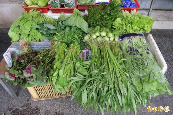 大雨侵襲農田,傳統市場菜價「漲」聲響起,每把青菜25元。(記者張聰秋攝)